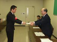 要求書を手交する鬼村委員長(左)