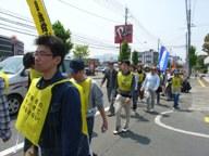 シュプレヒコールを行いながらのデモ行進